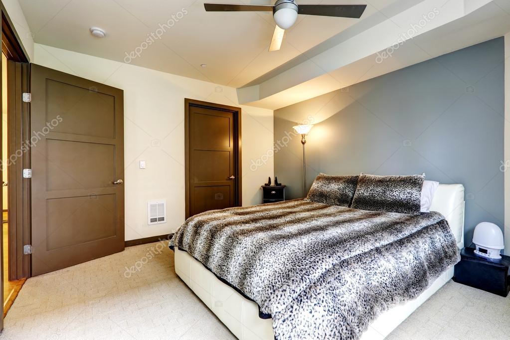moderne weiße Bett mit Leopard print Bettwäsche — Stockfoto ...