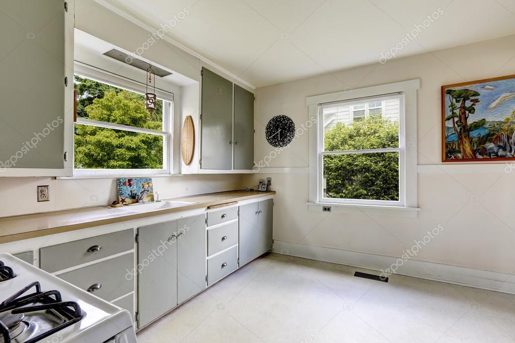 Keuken interieur in oud huis u stockfoto iriana w