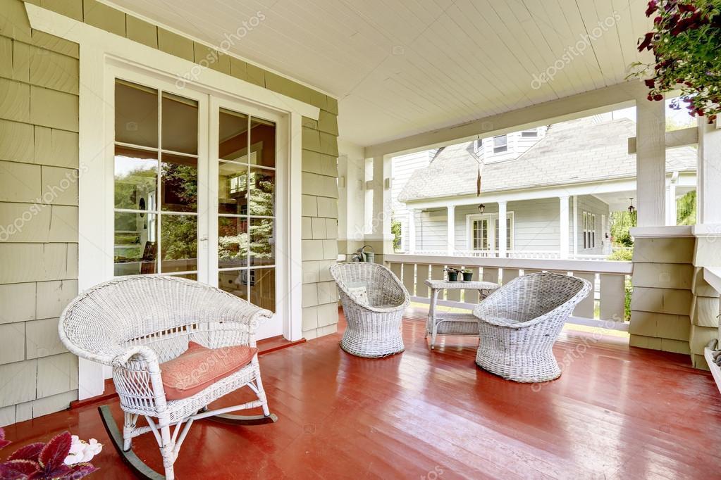Keuken Oud Riet : Ingang veranda met rieten stoelen en glazen deur u stockfoto