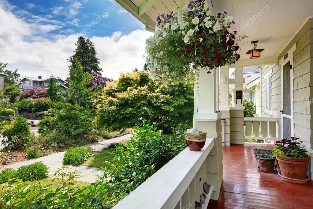 Portico d 39 ingresso con vasi di fiori che si affaccia sul for Piani sud ovest della casa con cortile