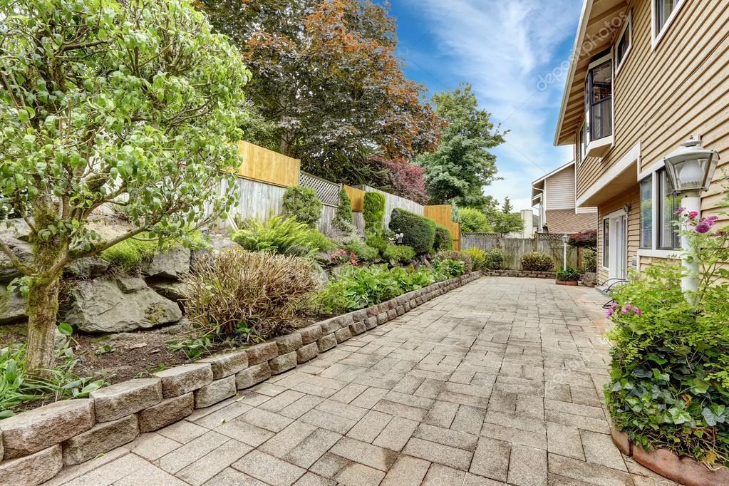 Zona del cortile con pietra piastrelle pavimento e letto for Piani di coperta del cortile