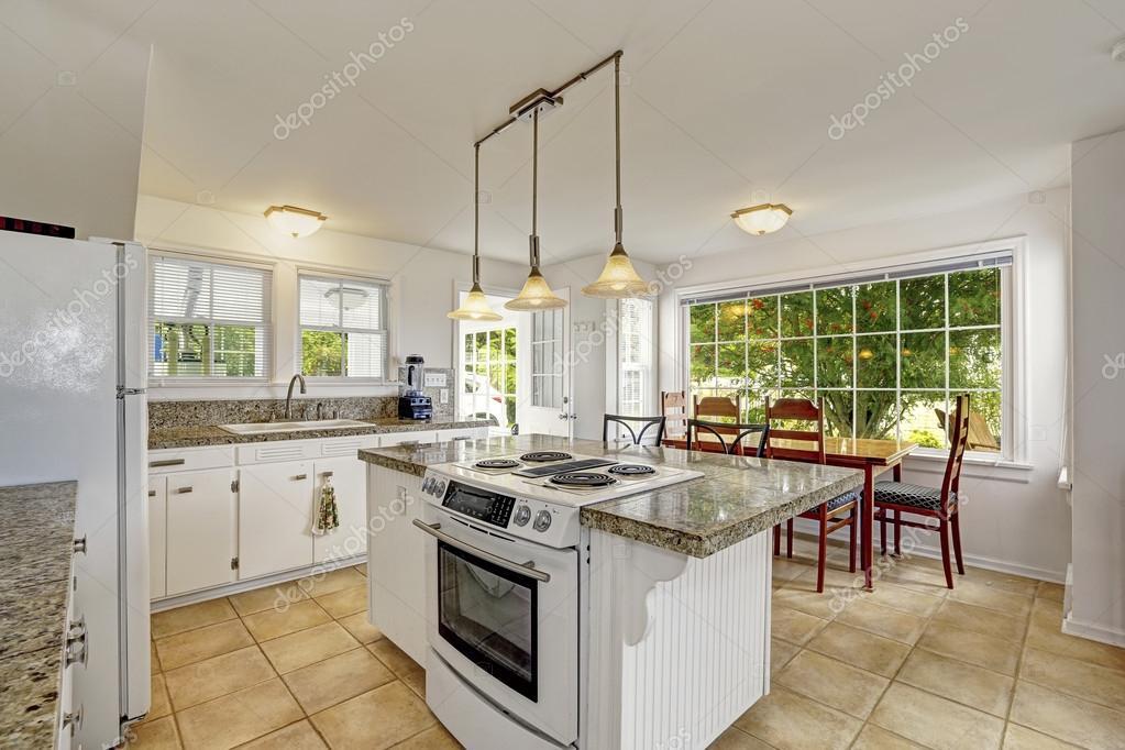 Helle Weiße Moderne Küche Interieur Mit Insel Und Essbereich U2014 Stockfoto