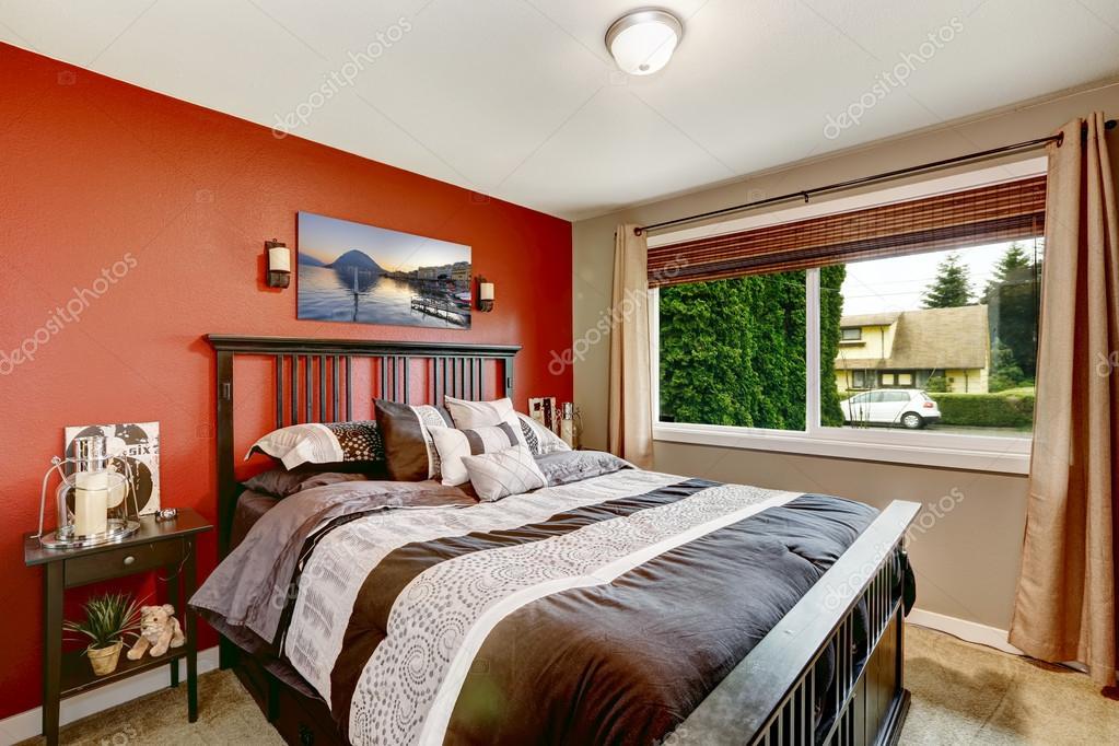 Kleur Slaapkamer Muur : Moderne slaapkamer interieur met contrast kleur muren u stockfoto