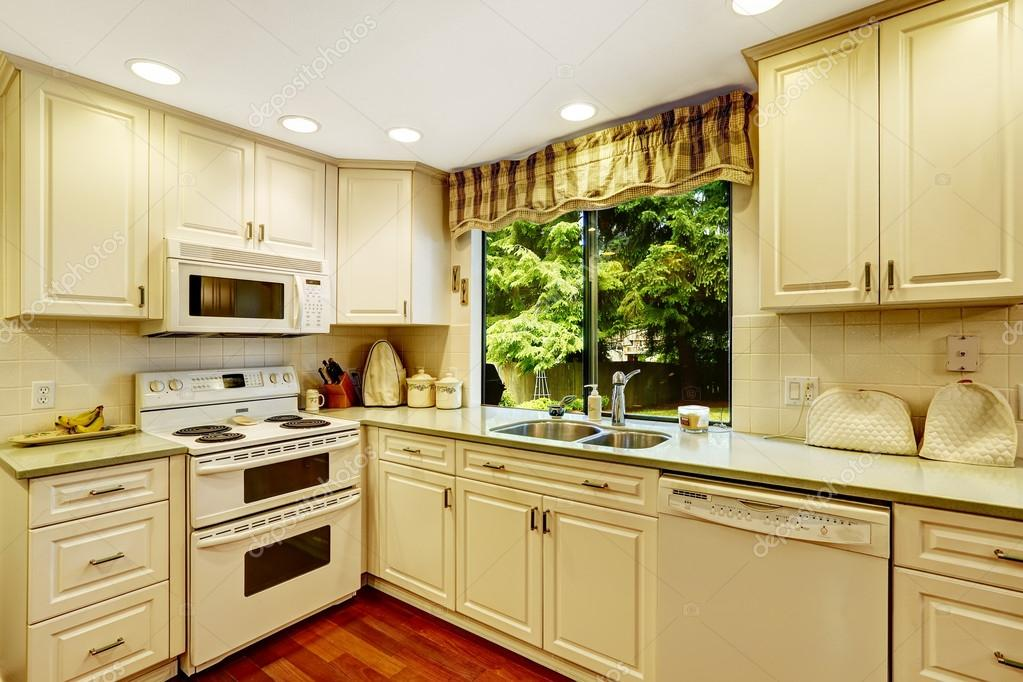 Eenvoudige keuken interieur in oud huis u stockfoto iriana w