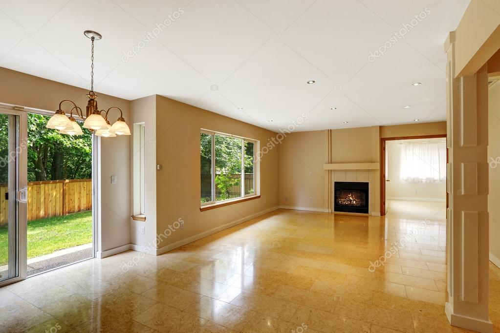 lege woonkamer met glanzende marmer tegel vloer en openhaard ...
