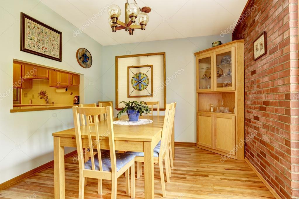 Salle manger avec mur de briques et armoire d 39 angle for Meuble brick laval
