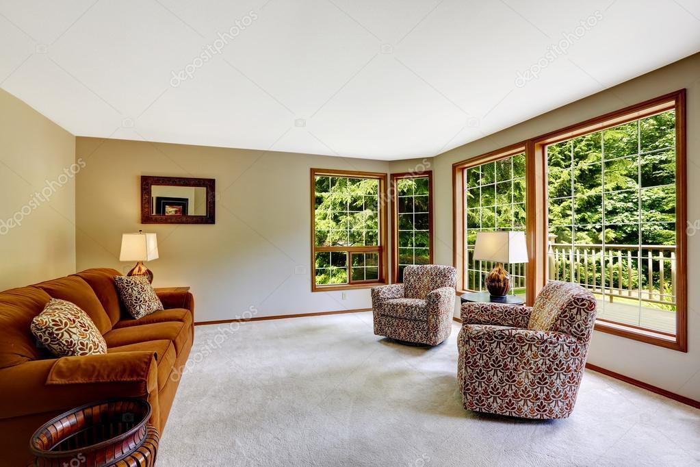 birght soggiorno con grande finestra francese — Foto Stock ...