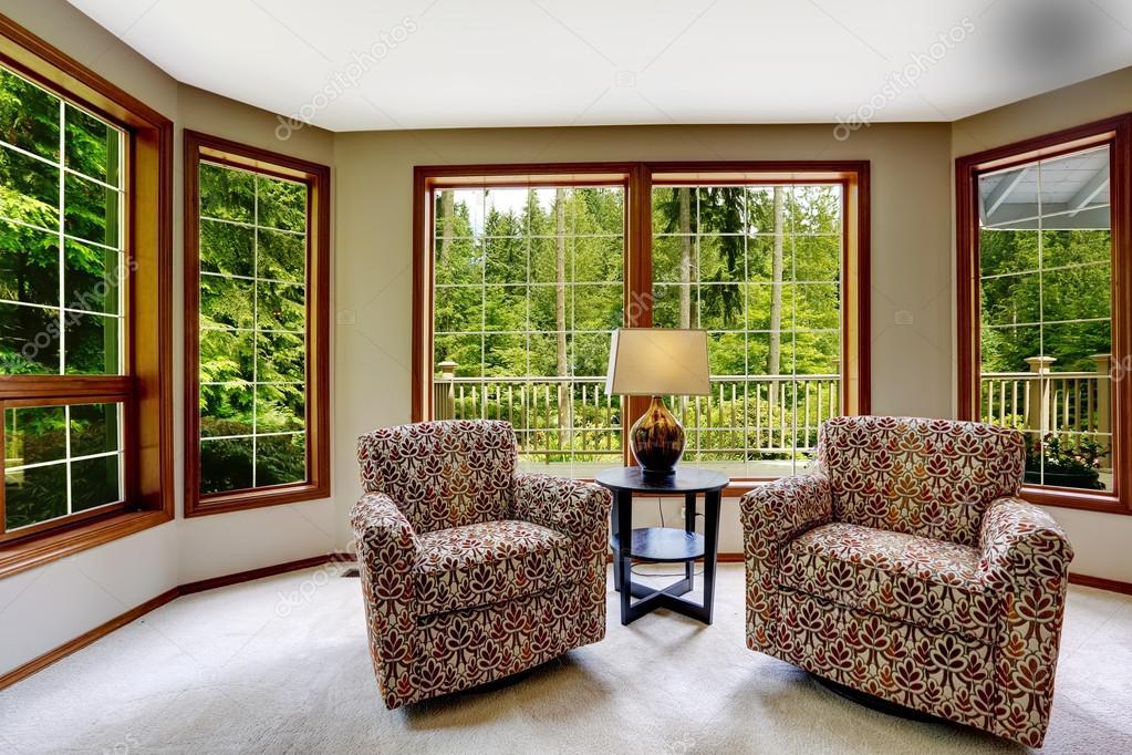 Comfort zithoek met grote openslaande ramen — Stockfoto ...