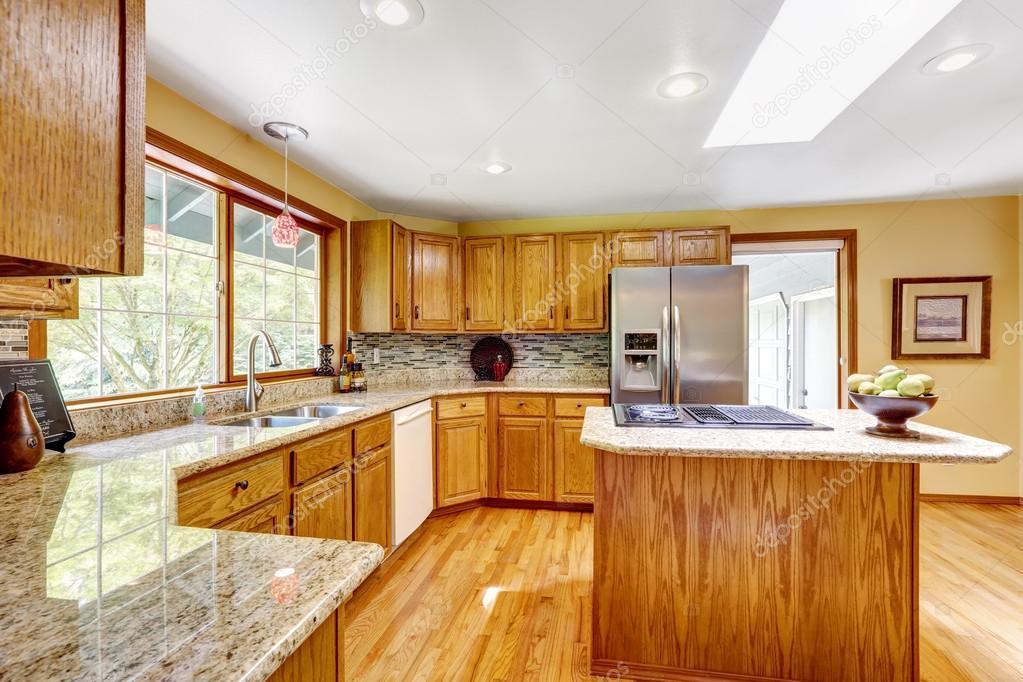 Keuken Met Dakraam : Gouden tonen keuken interieur met eiland en dakraam u stockfoto