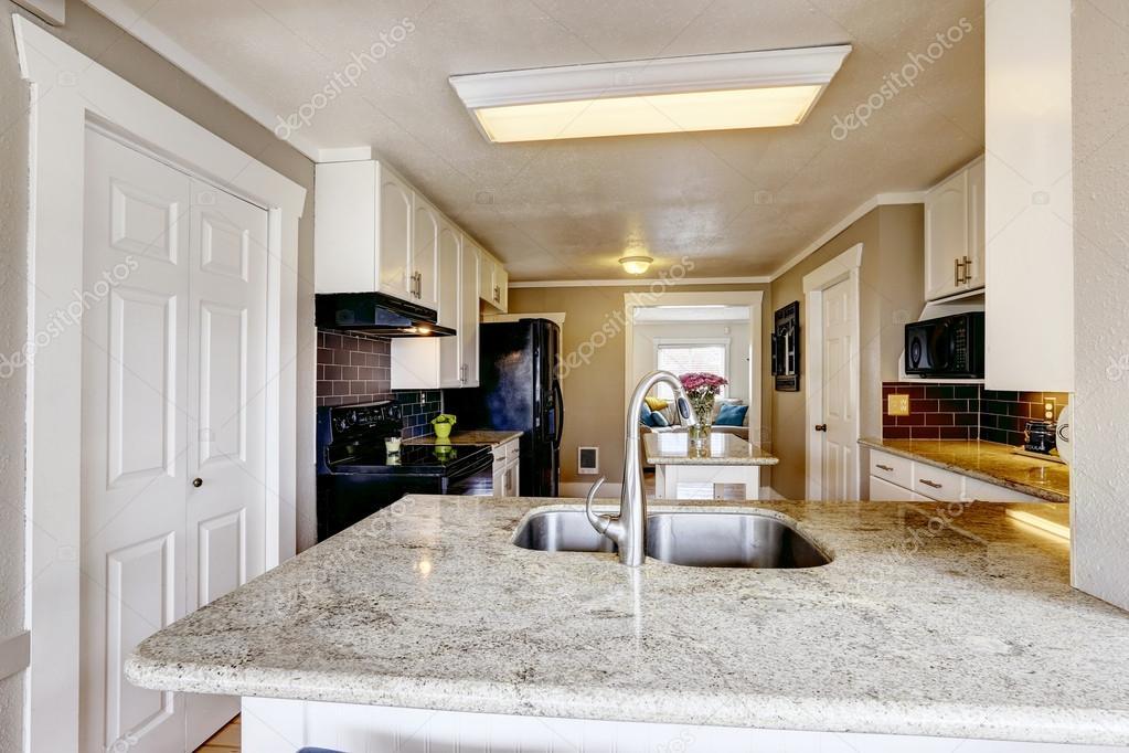 Van Boven Keukens : Keuken kast met graniet boven en stalen gootsteen u2014 stockfoto