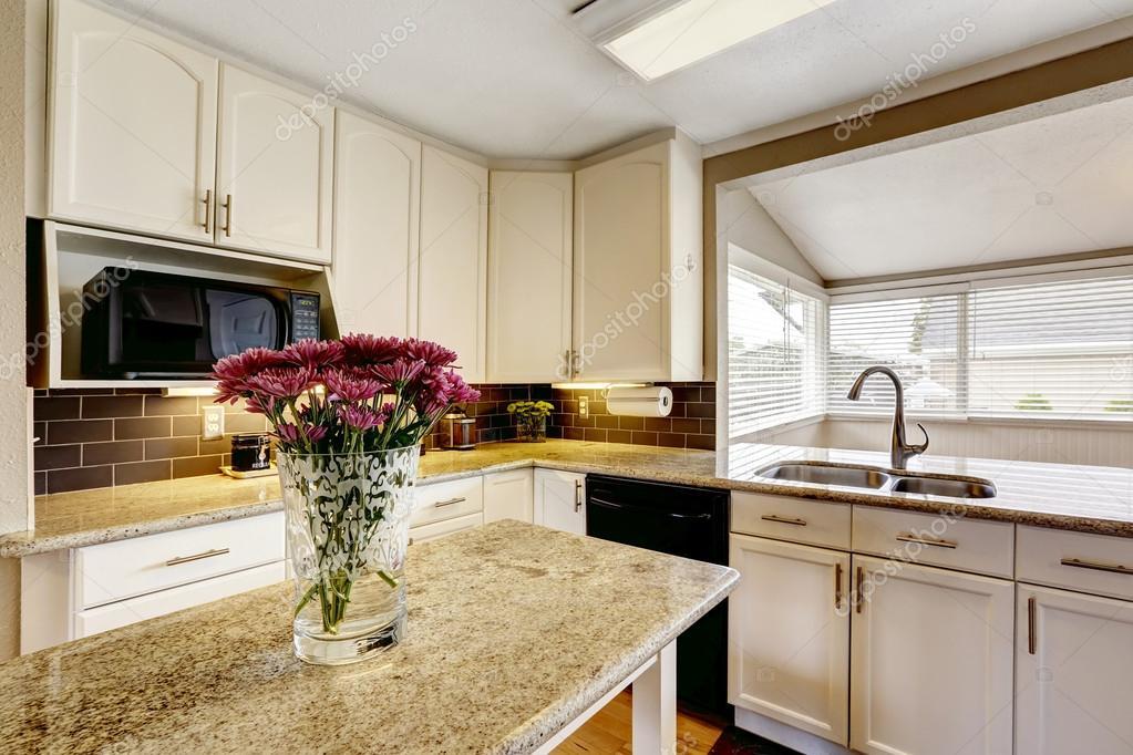 Kücheninsel mit Granit Platte und Blumen — Stockfoto © iriana88w ...