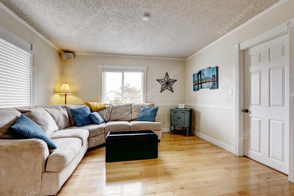 Wohnzimmer Mit Sofa Beige Und Blau Kissen U2014 Stockfoto