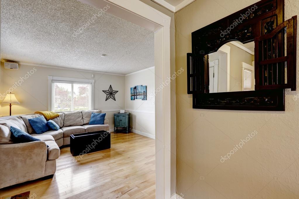 vardagsrum med beige soffa och blÃ¥ kuddar — Stockfotografi ...