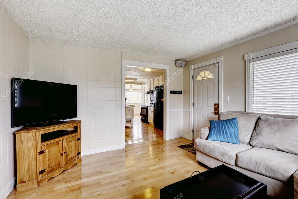 soggiorno con divano beige e tv — Foto Stock © iriana88w #54335233