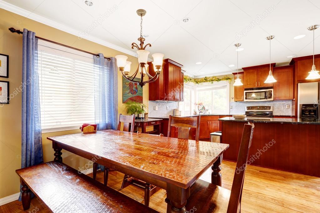 Tavolo da pranzo con panca e sedie nella sala cucina — Foto Stock ...