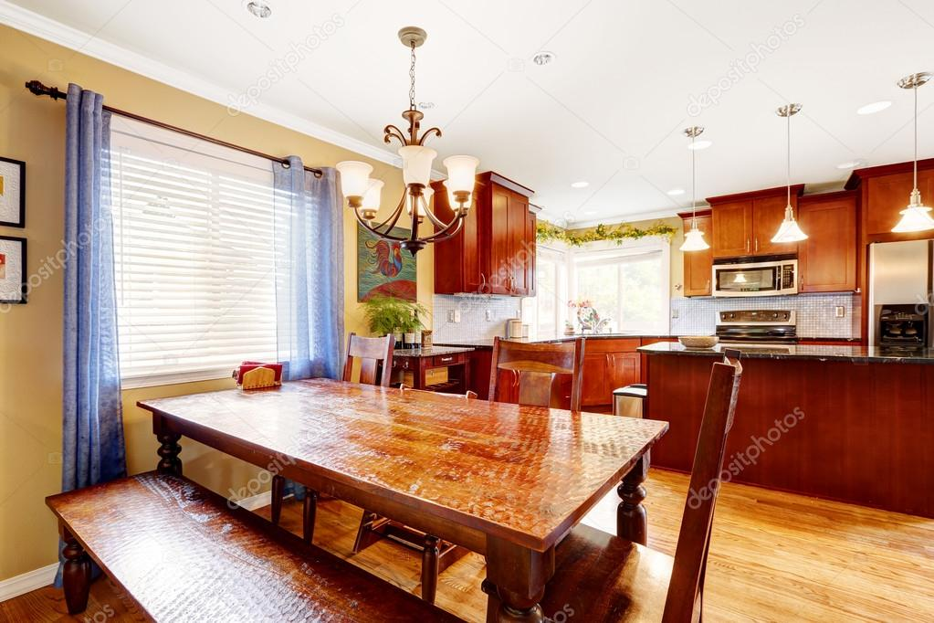 Tavolo da pranzo con panca e sedie nella sala cucina for Tavolo cucina con panca