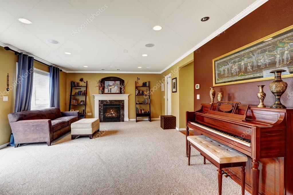 Kleur Muur Woonkamer : Woonkamer interieur met donkerrood kleur muur u stockfoto