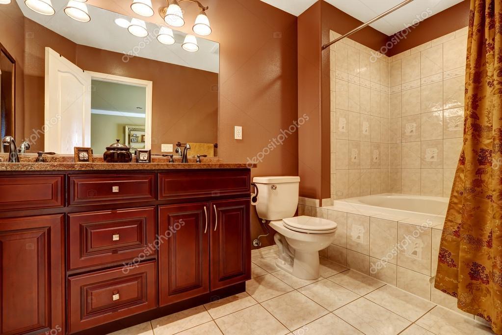 Bagno in colore marrone con piastrella beige trim u foto stock
