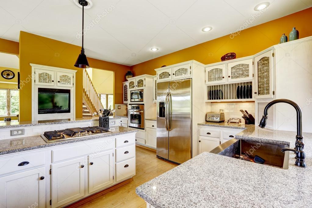 Gele Keuken 9 : Boerderij huis interieur luxe keuken kamer interieur u stockfoto