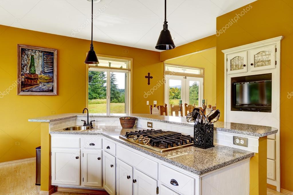 Interno di casa di fattoria cucina bianca con piano in for Piani di fattoria di 2000 piedi quadrati