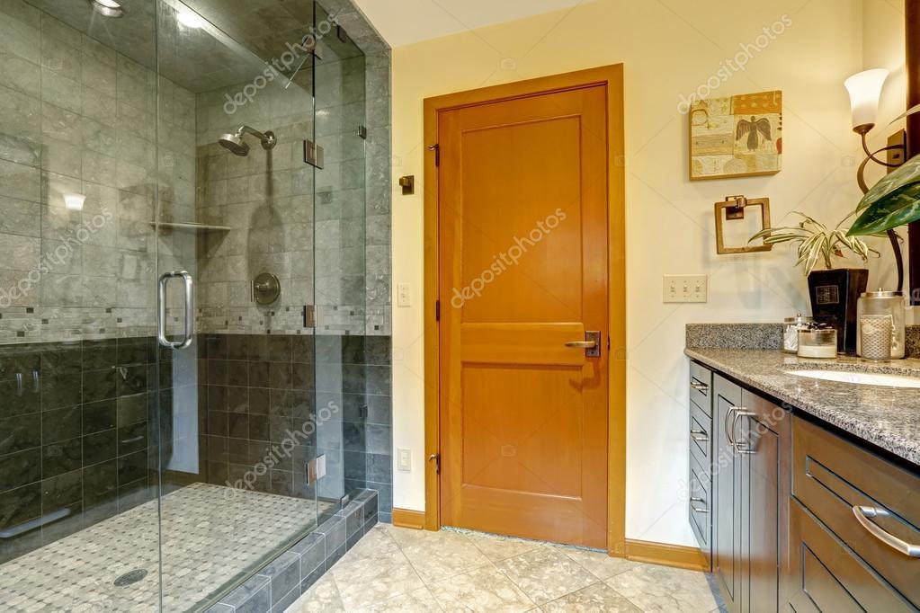 Interior Moderna Casa De Banho Com Chuveiro De Porta De