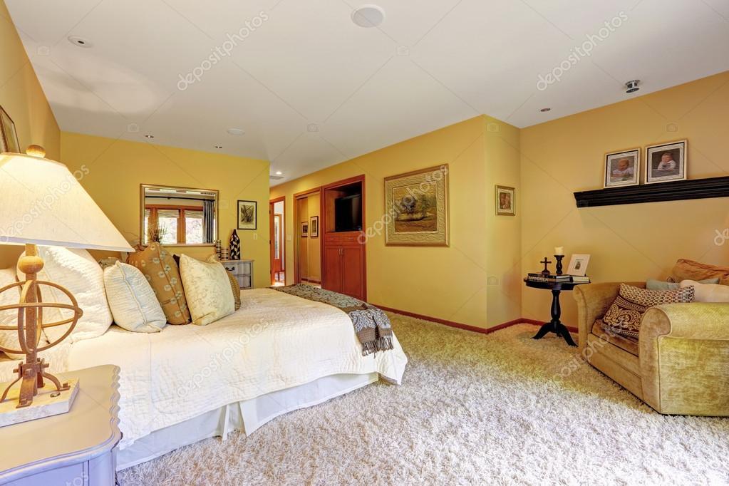 zeer gezellige slaapkamer interieur stockfoto