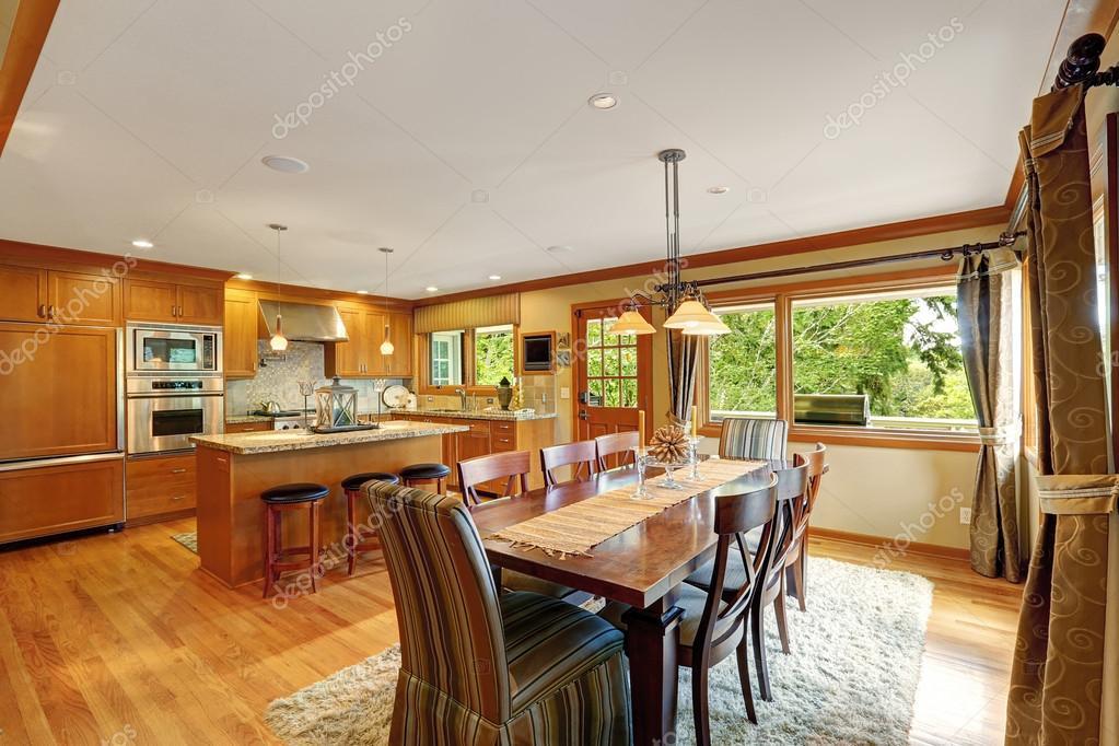 große Küche Zimmer mit eleganter Esstisch set — Stockfoto ...