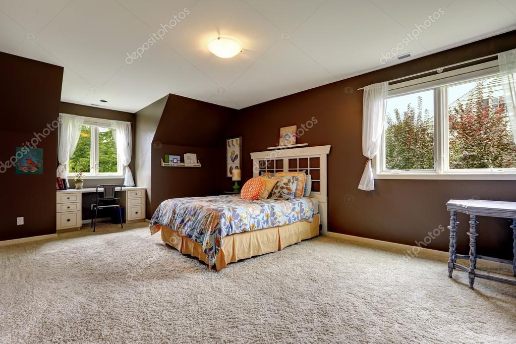 Master slaapkamer in donkere bruine kleur met kantoorruimte