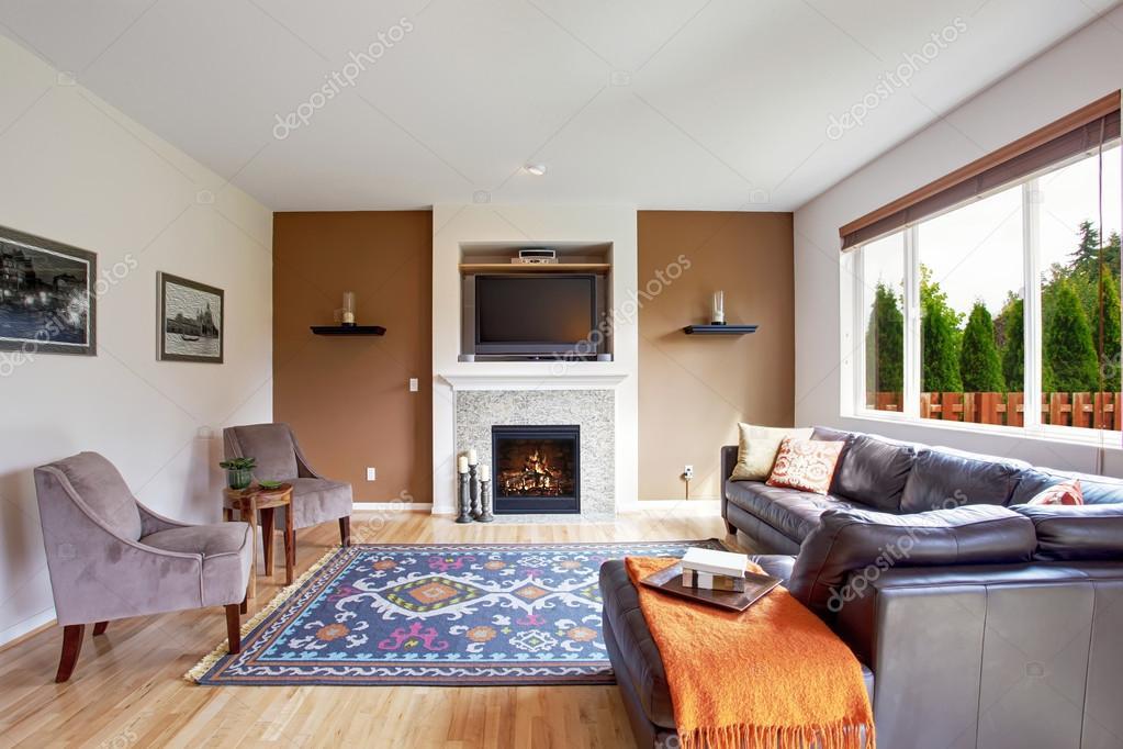 Tom branco e marrom sala de estar com lareira e tv for Sala con camino