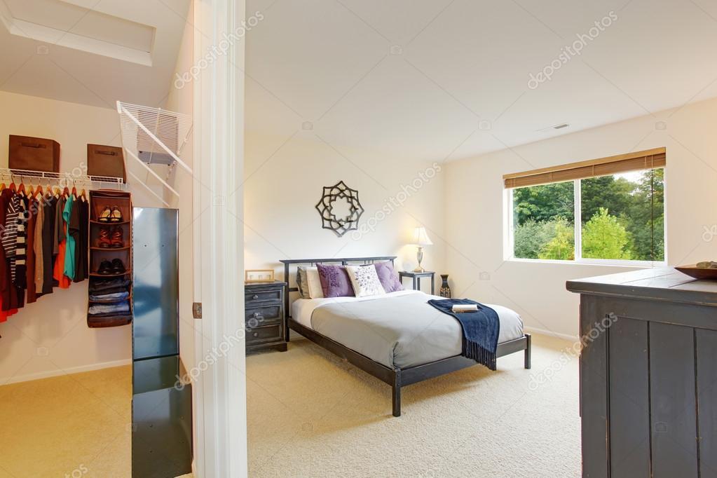 Master-Schlafzimmer-Einrichtung mit begehbaren Kleiderschrank ...