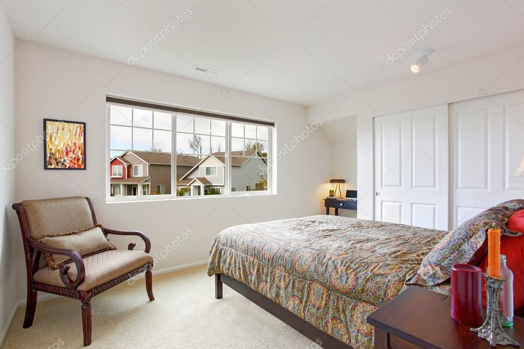 Intérieur de chambre à coucher avec coin petit bureau