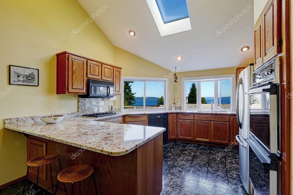 Keuken Met Dakraam : Mooie keuken kamer met dakraam graniet tegel vloer u stockfoto