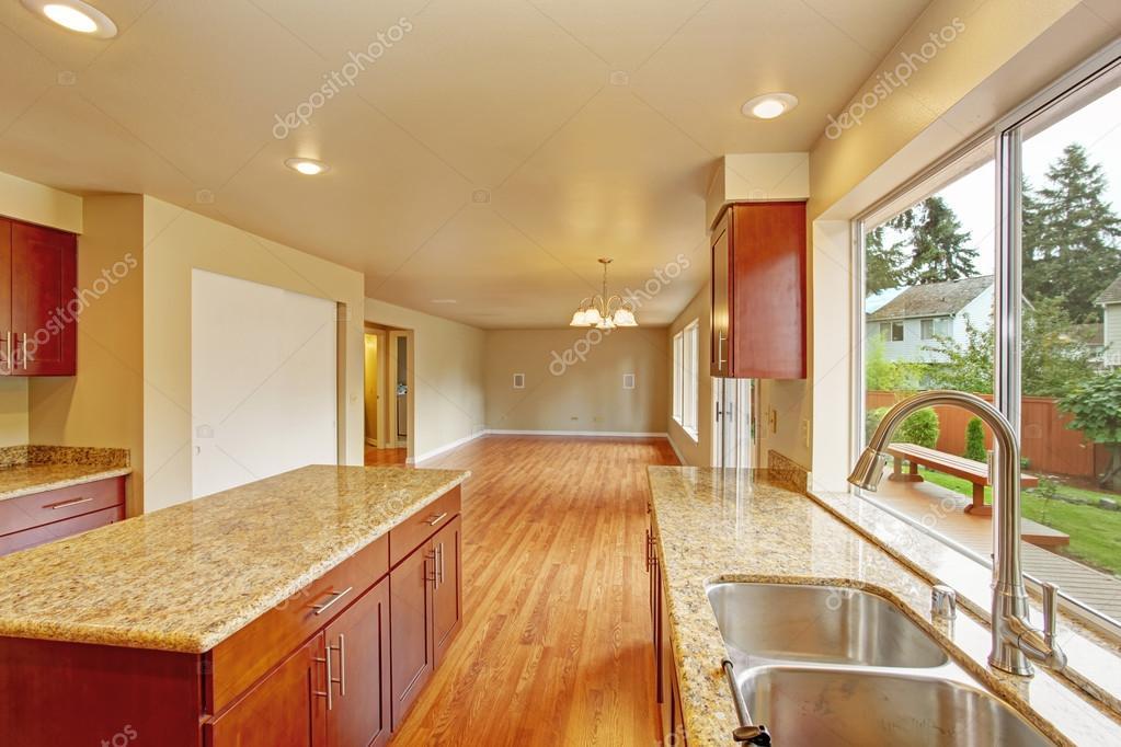 Mobili per cucina con isola in casa vuota — Foto Stock © iriana88w ...