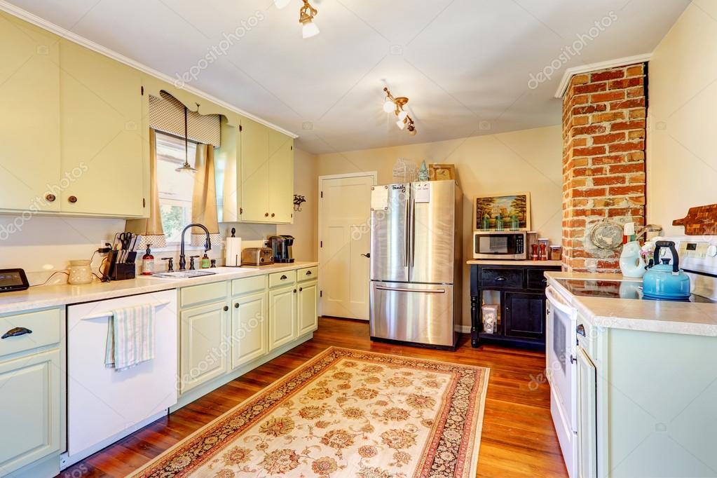 Keuken kamer interieur in oud huis u stockfoto iriana w
