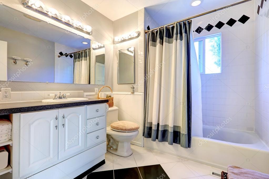 Verfrissend helder badkamer interieur u stockfoto iriana w