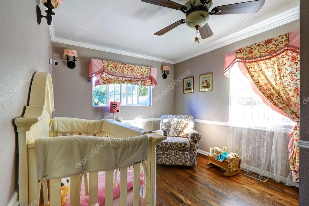 Nurshery kamer interion met bloemen gordijnen u stockfoto