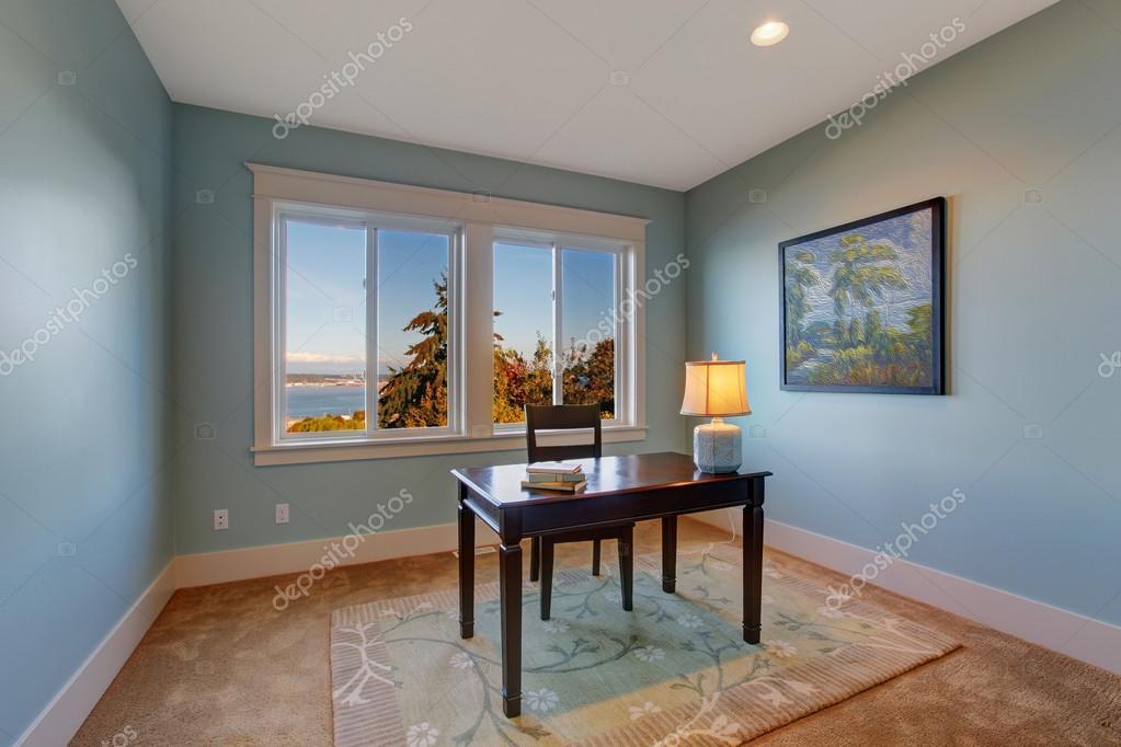 Chambre simple bureau de couleur bleu clair u photographie