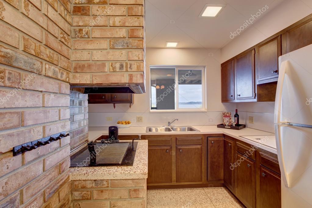 Camera cucina nel seminterrato con camino — Foto Stock © iriana88w ...