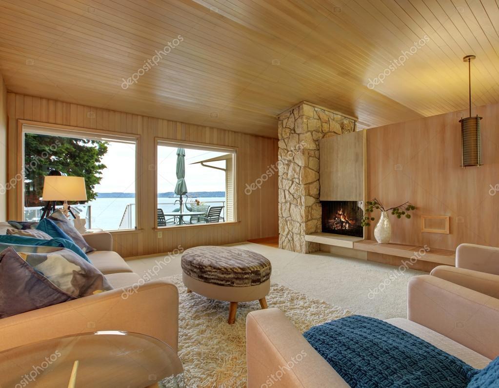 Huis Mooi Maken : Mooi huis interieur met houten plank trim en open haard u2014 stockfoto