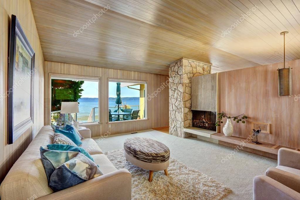 Mooi huis interieur met houten plank trim en open haard stockfoto iriana88w 55548763 - Interieur eigentijds houten huis ...