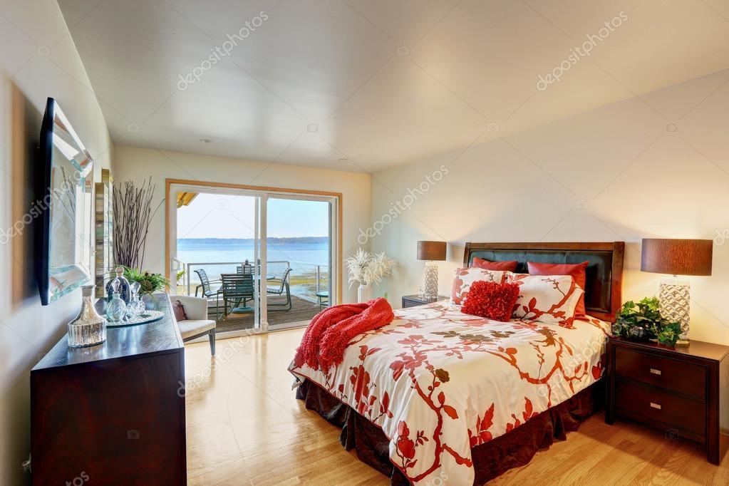 interieur van de romantische slaapkamer met staking dek stockfoto