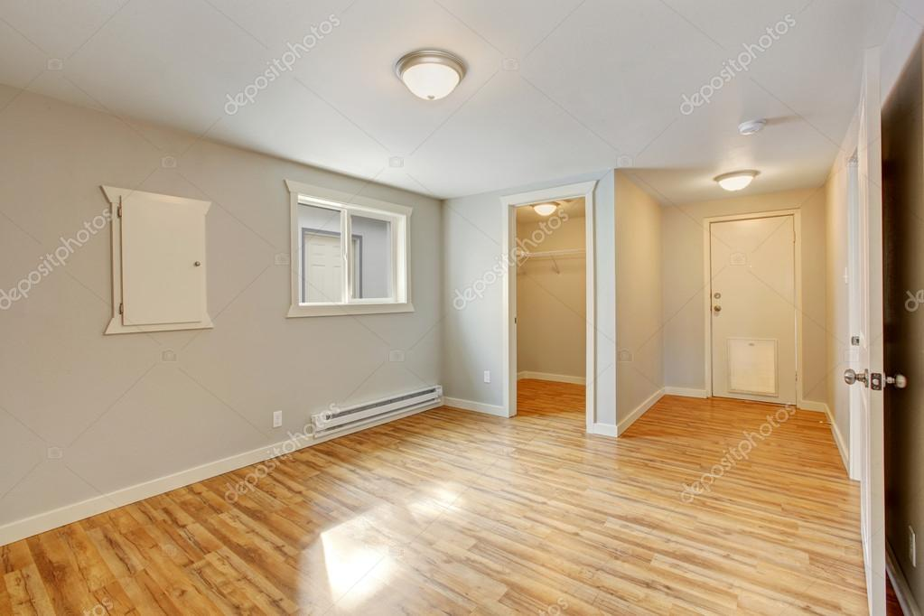 Leeres Haus innen. Schlafzimmer mit begehbaren ...