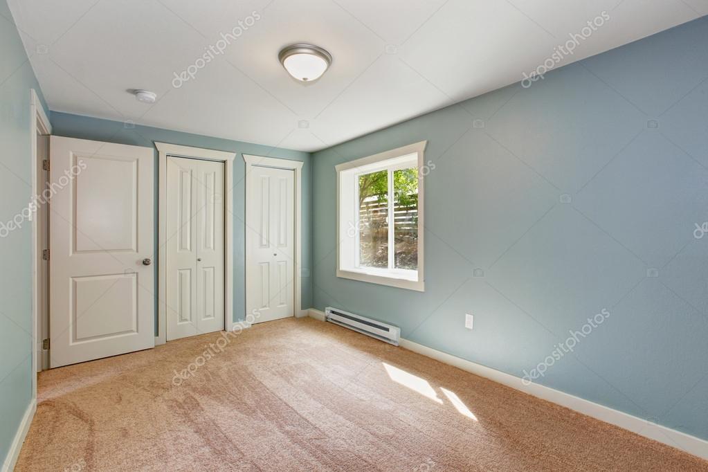 Licht blauw slaapkamer met kasten — Stockfoto © iriana88w #55551533