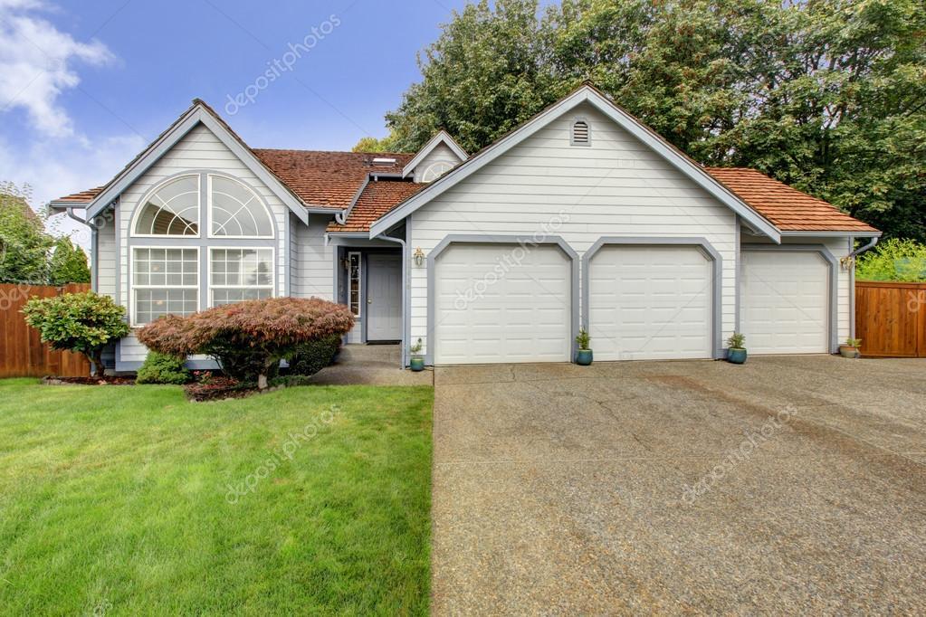 Exceptional Haus Mit Großem Bogenfenster Und Garage Für Drei Autos U2014 Stockfoto