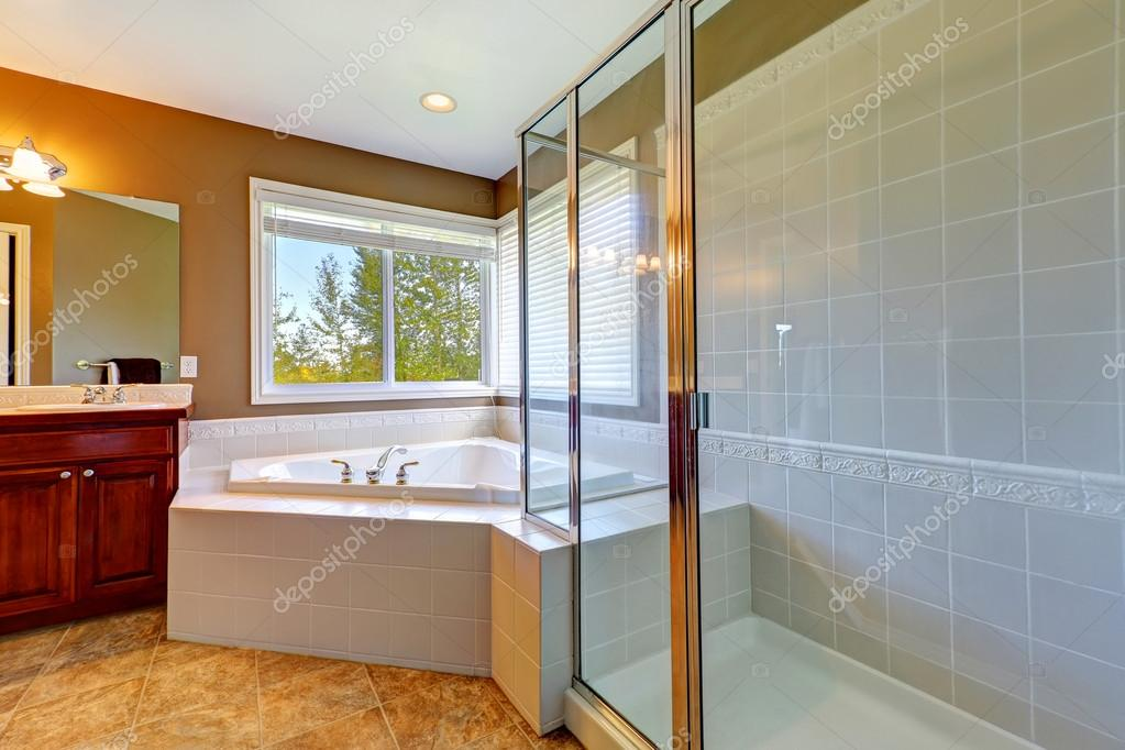 Wnętrz łazienka Z Wanną Narożną I Prysznicem Ekranowane Zdjęcie