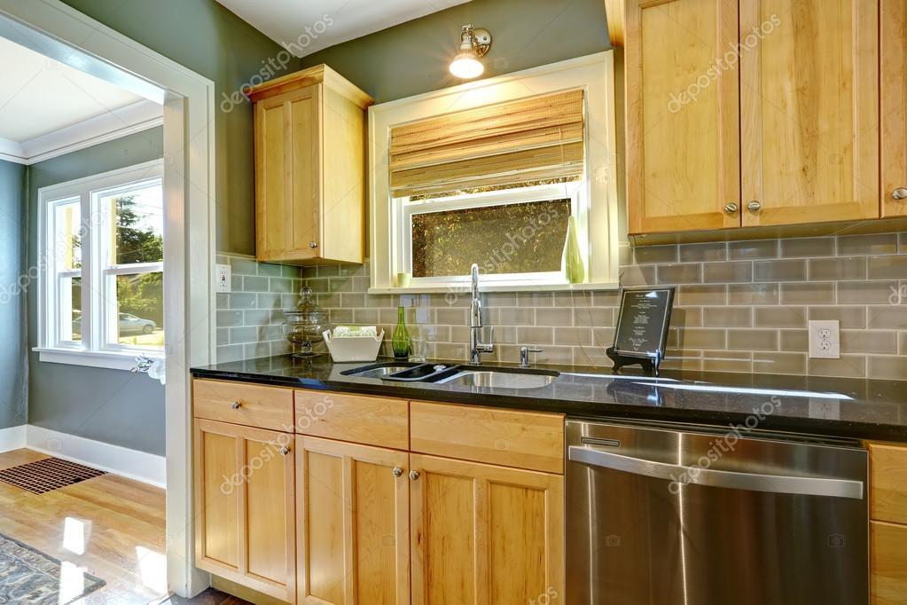 Armadi da cucina dellacero con alzatina piastrelle trim u2014 foto