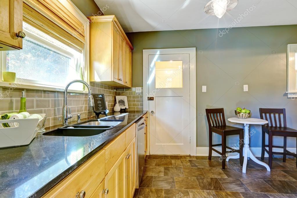 Küche Zimmer mit Ahorn-Lagerschränke und Essecke — Stockfoto ...