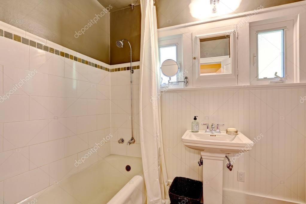Badkamer met plank panelen muur en tegel trim — Stockfoto ...