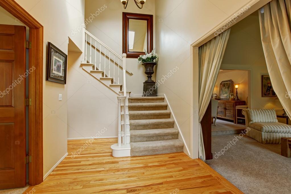 Luxe huis interieur hal met trap u stockfoto iriana w