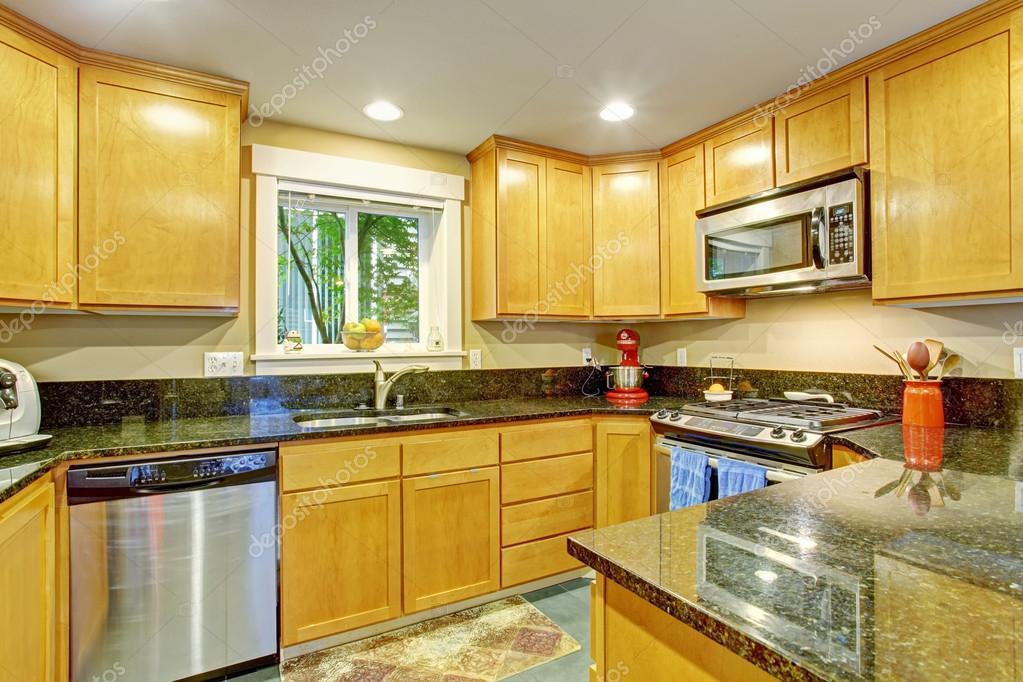 Gabinete de cocina de arce con encimeras de granito negro — Fotos de ...